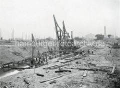 Baustelle vom Hamburger Baakenhafen - Baugerüste und Bauarbeiter; der Baakenhafen wurde als Liegeplatz für Flussschiffe geplant, dann als Seehafen ausgebaut. Im Hintergrund die Gasanstalt am Grasbrook.