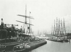Schiffe im Baakenhafen - Hafenbecken im Hamburger Hafen - Flussschiffe und Frachtsegler im Kai und am Liegeplatz in der Mitte des Hafenbeckens.