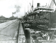 Historische Hafenbilder - Oswaldkai / Hansahafen - ein abgebäumter Frachtdampfer wird über Kähne und Schuten entladen.
