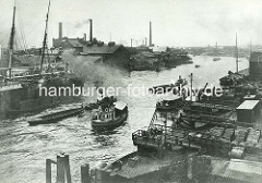 Blick über den Reiherstieg in Hamburg Steinwerder - Fabrikschlote im Hintergrund - Schlepper ziehen Schuten.