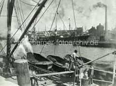 Historisches Bild aus dem Hamburger Hansahafen, Bremer Ufer - Getreide wird von einem Dampfer gelöscht.