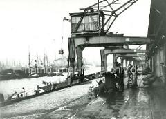 Elektrisch betriebene Kräne am O'Swaldkai im Hamburger Hansahafen - ein Packen Säcke wird an Land gebracht.