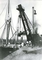 Schwerkran am Baakenhöft - der 50 Tonnen Kran hebt einen Kessel an.