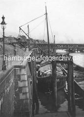 Lager von Bau-Kies am Hamburger Oberhafen, die Kies-Ladung eines Kahns wird in eine Kipplore gelöscht, die die Fracht an ihren Lagerplatz bringt - historische Fotos aus dem Hamburger Hafen.