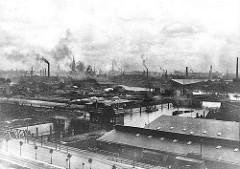 Historische Aufnahme vom Grevenhofkanal in Hamburg Steinwerder - lks. die Grevenhofschleuse - im Hintergrund der Reiherstieg; Industrie / rauchende Schornsteine.
