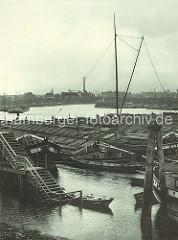Schuten im Spreehafen am Potsdammer Ufer im Hamburger Hafen; Oberländer Kähne, Ruderboot an der Wassertreppe. Im Hintergrund Hafenanlagen im Kaiser-Wilhelm-Hafen.