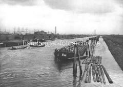 Schuten im Veddelkanal, Blick zum  Niedernfelder Ufer; im Hintergrund Schiffsmasten im Indiahafen / Hansahafen.  Alte Bilder aus dem Hamburger Hafen.
