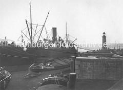 Hafengeschichte Hamburgs - historische Fotografien aus dem Kuhwärder Hafen / Steinwärder Ufer. Ein Dampfer löscht seine Ladung in Kähne.