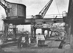 Altes Foto - Hafenarbeiter im Hamburger Hafen - Auguste Viktoria Kai im Kaiser-Wilhelm-Hafen. Elektrisch betriebene Kräne und Ladebühnen - Schiebebühne für Eisenbahnwagen.