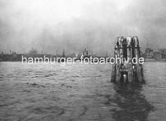 Historisches Motiv aus dem Hamburger Hafen - Dalbengruppe, Holzdalben an der Einfahrt zum Kuhwärder Hafen. Bilder von der Geschichte des Hamburger Hafens.