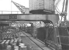 Kronprinzenkai im Hamburger Kaiser-Wilhelm-Hafen; Portalkräne mit 3000 Kilo Tragkraft - Fässer zur Verladung am Hafenkai.
