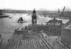 Wasserstandsturm / Tideanzeige am Kaiser-Wilhelms-Höft; im Hintergrund das Kuhwerder-Höft und der Werfthafen - altes Motiv vom Hafen Hamburgs.