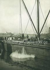Arbeitsschiff im Saalehafen im Hamburger Hafen; Fluss-Schleppdampfer.