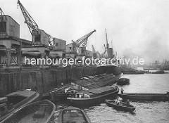 Portalkräne im Hamburger Hafen - alte Fotografie aus dem Kaiser Wilhelm Hafen / Kronprinzen-Kai. Frachtschiff / Dampfer, Schuten und Oberländer Kahn / Flussschiff am Kai.