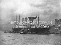 Kaiser-Wilhelm-Hafen - Dampfer, Passagierschiff AMERIKA der Hamburg Amerika Linie am 75 Tonnen Kran.