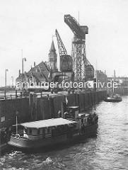 Altes Bild, Reiher-Kai im Kaiser Wilhelm Hafen / Hafen Hamburg; Kräne und Verwaltungsgebäude - Barkasse mit Hafenarbeitern.