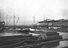 Moldauhafen im Hamburger Hafen - historisches Bild von der Arbeit im Hafen / Hafenarbeit. Beladene Schuten - Flussdampfer Antonia.