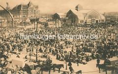 Markt am Deichtor, lks. die Baustelle für die zweite Markthalle, dahinter das Kontorhaus am Stadtdeich. Marktstände auf dem grossen Platz am Hamburger Oberhafen - Pferd und Wagen.