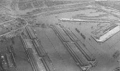 Alte Luftaufnahme vom Hamburger Hafen - lks. der Kuhwerder Hafen, daneben der Kaiser-Wilhelm-Hafen und der Ellerholzhafen; re. der Rosshafen und der Oderhafen, dahinter der Travehafen.