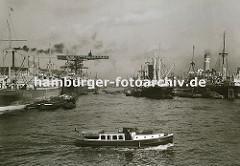 Blick in das Hamburger Hafenbecken vom Rosshafen - links der Vulcankai, im Hintergrund sind dort die Werkhallen der Vulcanwerft zu erkennen. Weit ausladende Kräne stehen an der Kaianlage, mit denen die Frachter gelöscht oder beladen werden. Im Vor
