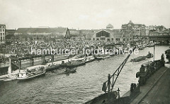 Markt am Deichtor - Deichtorhalla, erbaut 1911 / 1913. Dicht gedrängt stehen die Marktstände auf dem Gelände - Gemüsekähne am Ponton; re. die Oberhafenbrücke.