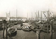 Schuten / Kähne beladen mit Fässern, Tonnen im Oberhafenkanal am Kai und im Fluss an den Dalben - Bilder aus Hamburg Hammerbrook.