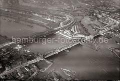Elbbrücken über die Norderelbe; im Vordergrund unten lks. die Mündung des Marktkanals in Hamburg Veddel und auf der gegenüber liegenden Seite der Elbe die Einfahrt zum Entenwerder Zollkanal und die lks. Zufahrt zum Billehafen und dem Oberhafen.