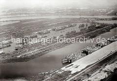 Luftfotografie vom Waltershofer Hafen und dem Griesenwerder Hafen; die Kaianlagen sind noch nicht fertig gestellt - wegen der Wirtschaftskrise stillgelegte Frachtschiffe / Auflieger liegen in den beiden Häfen. Das Gelände an den Ufern der Hafenbe