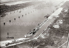 Luftbild von der Baustelle im Hamburger Hafen /  vom Waltershofer Hafen; an der Kaianlage des Burchardkais wird gearbeitet - der Hafenkai ist halb fertig gestellt. An Land sind noch die Reste der Kleingarten Parzellen zu erkennen, die für die Haf