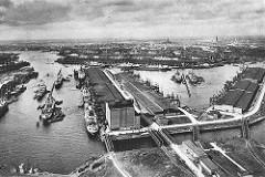 Blick über den Rosshafen (lks.) und dem Oderhafen; Frachtschiffe liegen am Kai und im Hafenbecken - im Vordergrund der Kühlspeicher für importierte Eier am Ellerholzkanal / Rosskai.