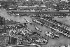 Alte Luftaufnahme vom Hamburger Hafen, im Vordergrund der Rosshafen mit dem Rosskai und dem Hachmannkai (lks.) - dahinter der Ellerholzhafen, Kaiser-Wilhelm-Hafen und Kuhwärder Hafen; re. der Oderhafen.