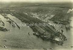 Luftaufnahme vom Hamburger Hafen - lks. der Segelschiffhafen und re. der Hansahafen.