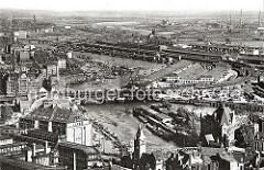 Blick über den Oberhafen und den Oberhafenkanal - im Vordergrund der Portalturm der Wandrahmsbrücke. In der Bildmitte die Oberhafenbrücke und der Güterbahnhof, dahinter die Kaischuppen am Versmannkai des Baakenhafens.