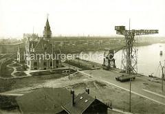 Altes Foto von der Geschichte im Hamburger Hafen / Hafenarbeit - Hafenkräne am Reiherkai, Verwaltungsgebäude - im Hintergrund der Kronprinzenkai.
