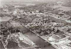 Mehrere Brücken führen über den Müggenburger Kanal zum Betriebsgelände der Norddeutschen Affinerie auf der Peute in Hamburg Veddel. Hinter den qualmende Schloten liegen Schuten und Binnenschiffe im Hovekanal und im Peute Hafen.