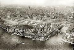 Luftaufnahme von dem Gaswerk auf dem Grasbrook ca. 1930; rechts der Magdeburger Hafen mit seinen Fruchtschuppen und am unteren rechten Bildrand die Einfahrt zum Baakenhafen. Auf der linken Bildseite die Kaianlagen am Strandhafen.