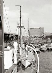 Blick über den Grasbrookhafen und den am Dalmannkai liegenden Schiffe zum Heringskühlhaus. Das markante Gebäude am Hübenerkai wurde vom Hamburger Oberbaudirektor Fritz Schumacher entworfen.