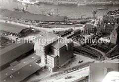 Blick auf das Heringskühlhaus am Hübenerkai des Grasbrookhafens; die Architektur des Gebäudes wurde vom Hamburger Oberbaudirektor Fritz Schumacher entworfen. Rechts die Verwaltungsbauten des Amtes für Strom- und Hafenbau.