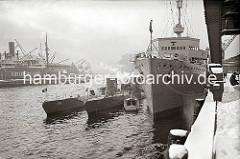 U-Boote und ein U-Boot Begleitschiff haben am Versmannkai im Hamburger Baakenhafen fest gemacht. Hoher Schnee liegt auf der Kaianlage - ein Kaiarbeiter schaufelt unter dem Portal eines Halbportalkrans die Kaifläche frei.