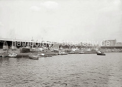 Blick über das Hafenbecken des Grasbrookhafens zum Dalmannkai; u.a. haben dort die Frachter PROCRIS und CITY OF BREMEN fest gemacht. Binnenschiffe und Schuten liegen längsseits, der Schlepper GRETE zieht einen Lastkahn an seine Position.
