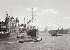 Die MONTE SARMIENTO liegt am Versmannkai des Hamburger Baakenhafens. Das 1924 in Dienst gestellte Passagierschiff war zu diesem Zeitpunkt mit 10 000 BRT das größte Motorschiff der Welt. Die Reederei Hamburg- Südamerikanische Dampfschifffahrtsge