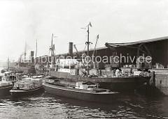 Frachter liegen am Dalmannkai des Hamburger Grasbrookhafens - die Ladung wird auf Schuten gelöscht und über auf Schienen laufende Hafenkrane an Land gebracht.