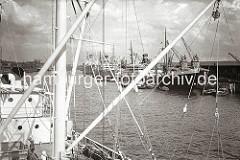 Blick von den Schiffsaufbauten eines Frachters am Versmannkai in den Baakenhafen - am gegenüber liegenden Petersenkai haben mehrere Dampfschiffe fest gemacht; beladene Schuten liegen längsseits. Am Peterskai des Baakenhafens haben die Levante