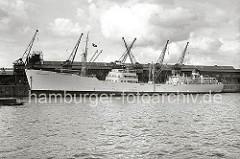 Blick über das Hafenbecken des Baakenhafens zum Versmannkai - die Ladung des weissen Kühlfrachters EGYPTIAN REEFER wird am Versmannkai vor dem Fruchtschuppen A gelöscht.