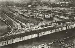 Historische Aufnahme vom Hamburger Hafen - im Vordergrund der Saalehafen mit den Lagerhäusern am Dessauer Ufer - dahinter der Segelschiffhafen und die Elbe.
