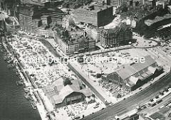 Luftaufnahme vom Deichtorplatz / Gemüsemarkt am Deichtor und dem Oberhafen - dahinter das Hamburger Kontorhausviertel.