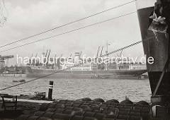 Der Frachter Burgenland liegt am Auguste Victoria Kai des Hamburger Kaiser Wilhelm Hafens. lm Vordergrund der Bug mit dem Anker eines Schiffs am Kronprinzen Kai. Fässer liegen auf der Kaianlage zum Abtransport bereit.