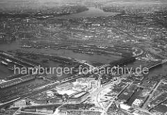 Luftaufnahme von Hamburg Veddel und Hafengebiet ca. 1932 - im Vordergrund die unter dem Einfluss des damaligen Oberbaudirektor Fritz Schumacher entstandenen Backstein-Wohnblocks auf der Veddel; rechts der Marktkanal, dahinter die Norderelbbrücke.