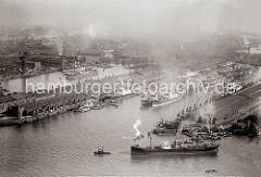 Luftbild vom Kaiser-Wilhelm-Hafen; re. der Kronprinz Kai und lks. der Auguste Victoria Kai. Mehrere Frachter liegen an Dalben im Hafenbecken - es sind wahrscheinlich Auflieger, da keine Umschlagaktivitäten zu erkennen sind.