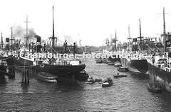 dicht gedrängt liegen die Schiffe im Hamburger Hafen - links Frachter an Duckdalben im Oderhafen; dazwischen fahren Barkassen und kleine Schlepper - rechts das Stettiner Ufer und seinen Ladekranen.